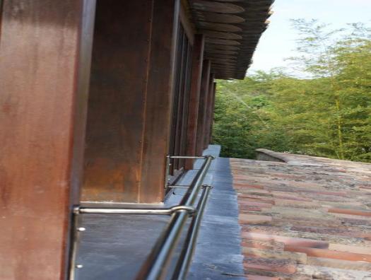 Garde-corps à trous renflés en acier brossé, vernis transparente