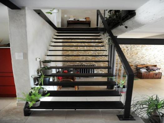 escalier droit marches tôles acier