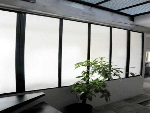 La verrière apporte de la luminosité sur le palier central de la maison.