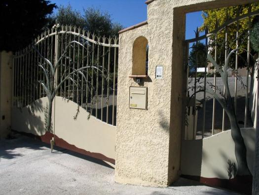 Portail et portillon... Un olivier en applique
